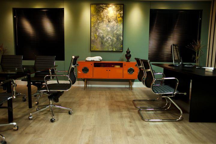 Projeto de Interiores Sala de Negócios: Cadeira Office OR-3301 e Buffet Conectado