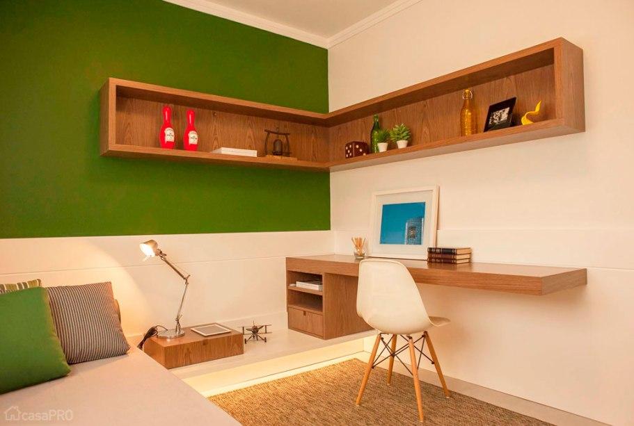 Como decorar um quarto de casal utilizando uma estante na quina das paredes