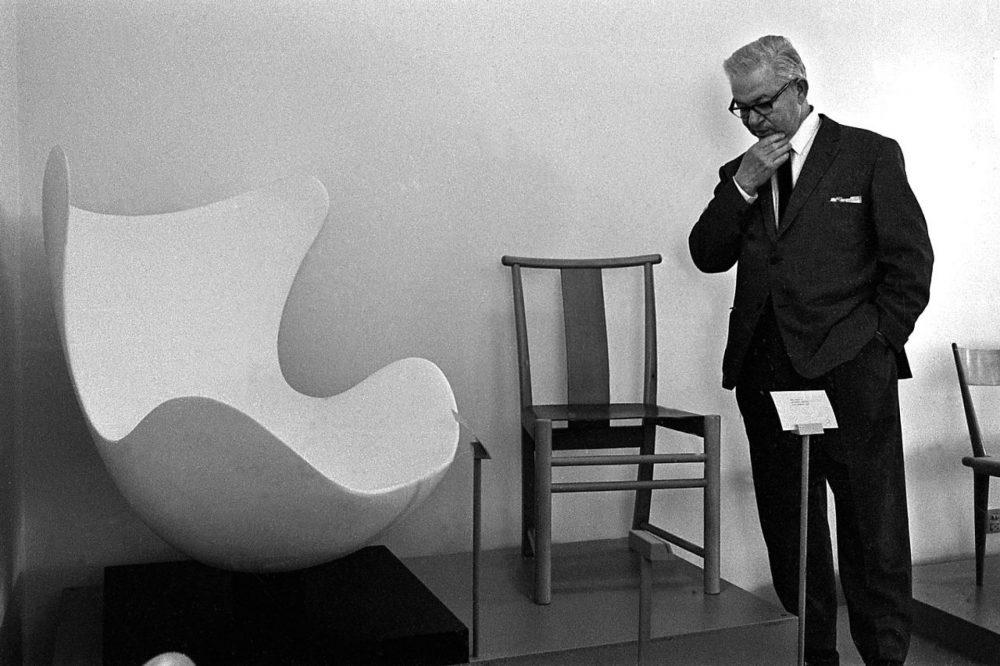 Arne Jacobsen durante a criação da Poltrona Egg