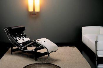Chaise LC4 em pelo vaquejado preto e branco