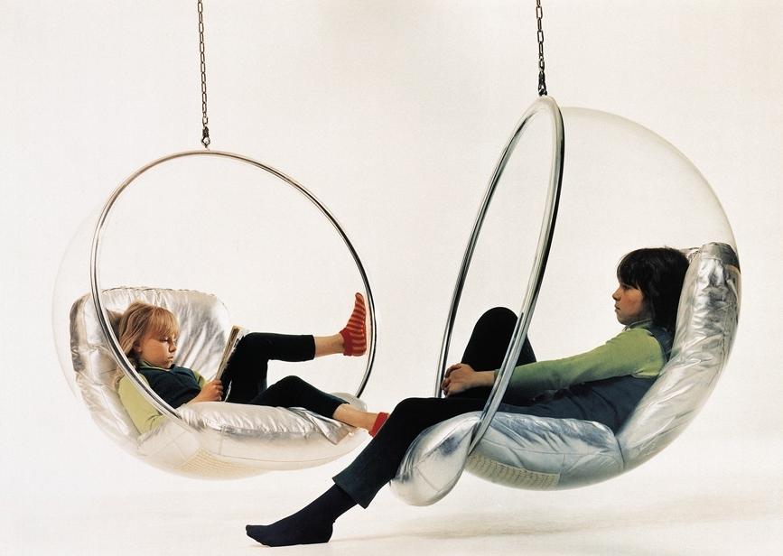 Filhas de Eero Aarnio em suas Bubble Chairs