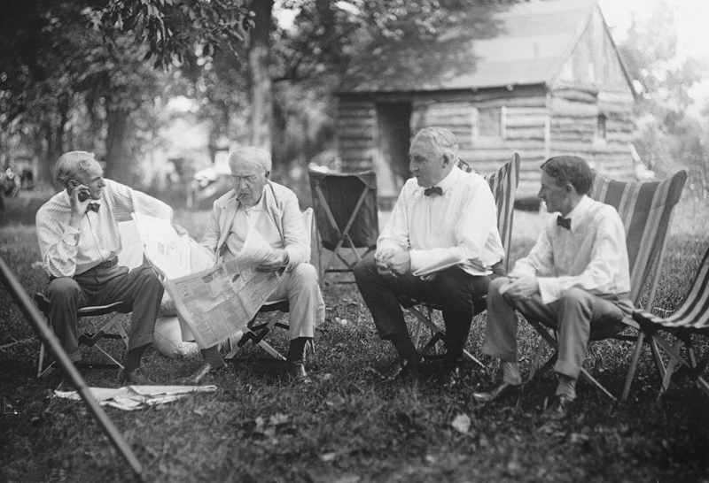 Henry Ford, Thomas Edison, Warren Harding e Harvey Firestone, utilizando a Cadeira Tripolina