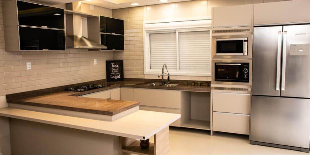 Cozinha planejada, aproveitando o espaço.