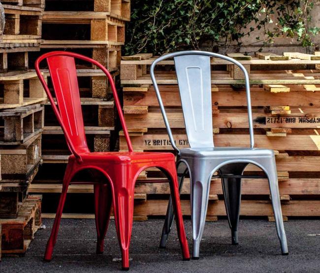 cadeiras francesinhas para uso em decoração industrial.