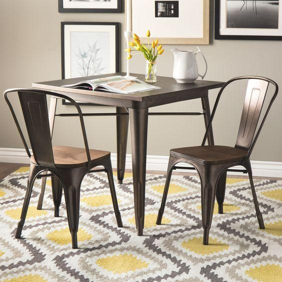 Mesa e Cadeiras Tolix com detalhes em madeira.